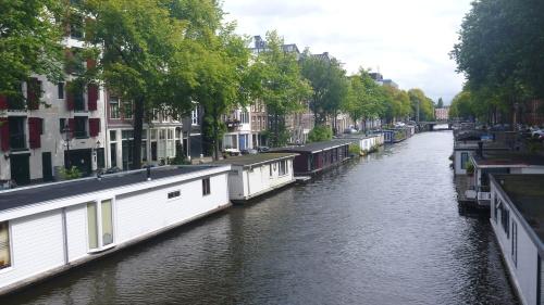 Casas-barco nos canais de Amsterdam